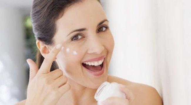 Bước dưỡng ẩm cho da là điều tối quan trọng.