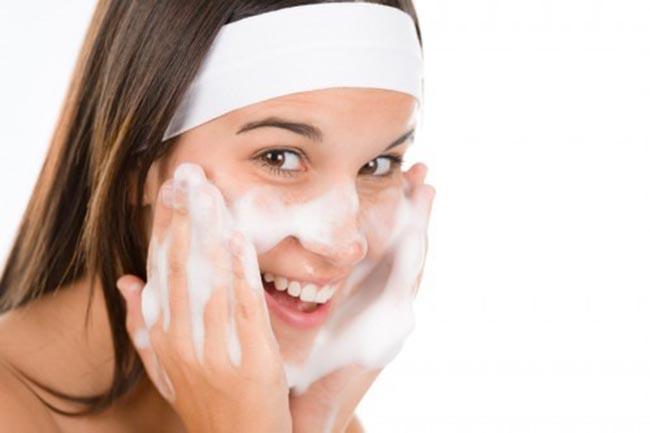 Bước làm sạch da không thể thiếu cho quy trình trị mụn.